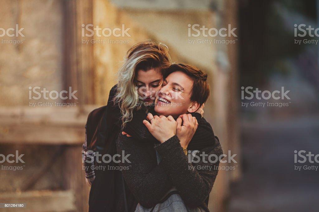 Heureux couple jeune femelle urbaine bénéficiant d'extérieurs - Photo