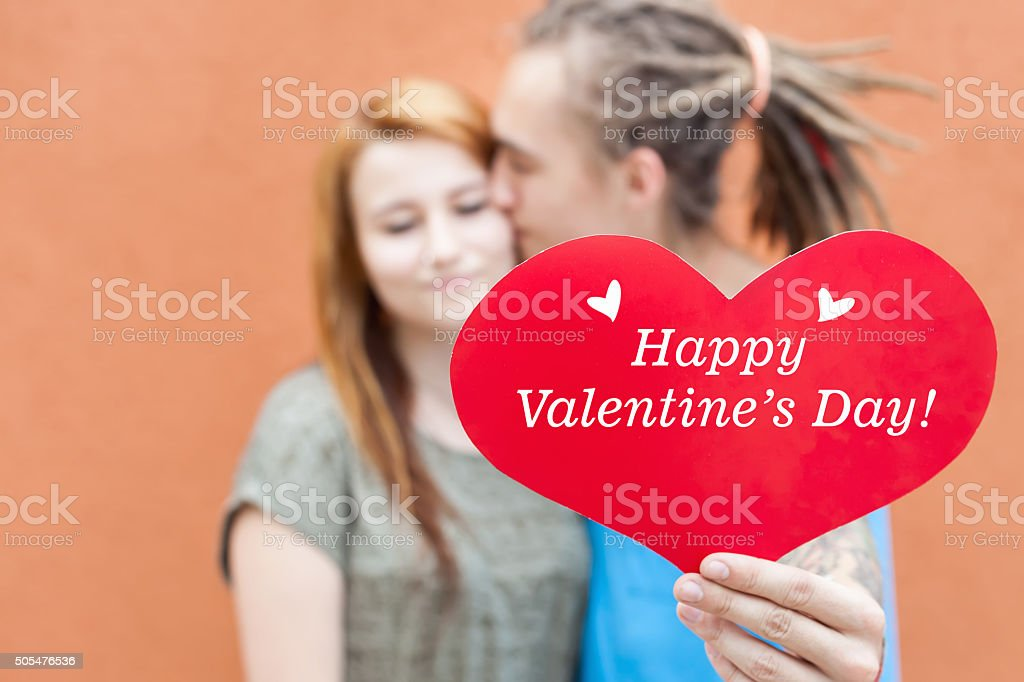 Happy Valentinstag Paar Holding Rot Herzsymbol Stock Fotografie Und