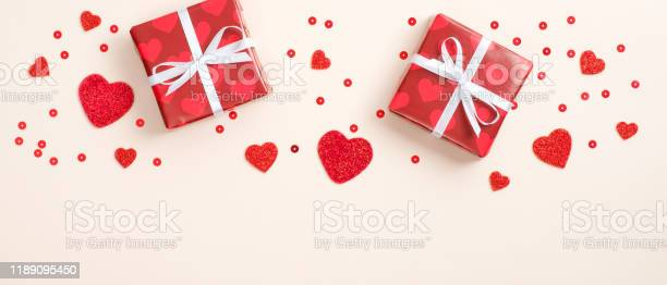 Happy valentines day frame border gifts wrapped festive paper and red picture id1189095450?b=1&k=6&m=1189095450&s=612x612&h=bexl5i40zz3zzldyvyd7mymiyyacgsf6pfgyg1xpdte=
