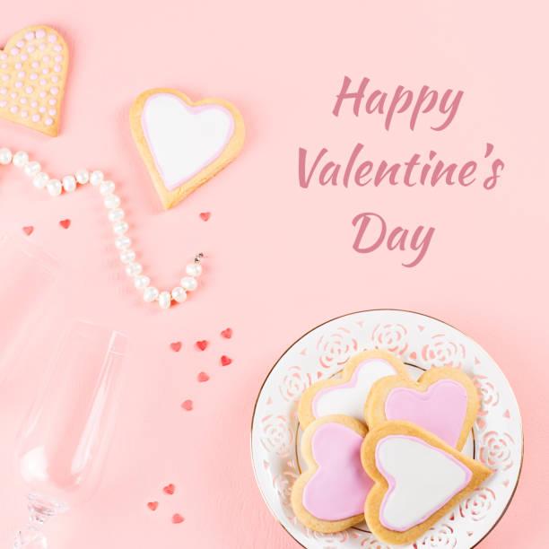 happy valentinstag grußkarte mit cookies, wein gläser auf rosa hintergrund. - zitate über wein stock-fotos und bilder