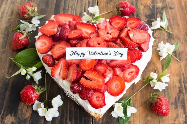 happy valentinstag grußkarte mit herz-käsekuchen mit erdbeeren - jasmin party stock-fotos und bilder