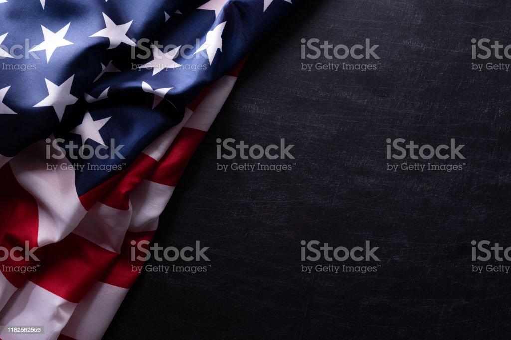 행복한 재향 군인의 날. 칠판 배경에 대한 미국 국기 베테랑. - 로열티 프리 7월 스톡 사진