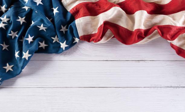 해피 재향 군인의 날 개념. 흰색 나무 배경에 대한 미국 국기. 11월 11일. - columbus day 뉴스 사진 이미지