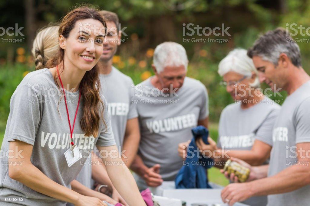 Une bénévole heureux en regardant boîte de donation - Photo