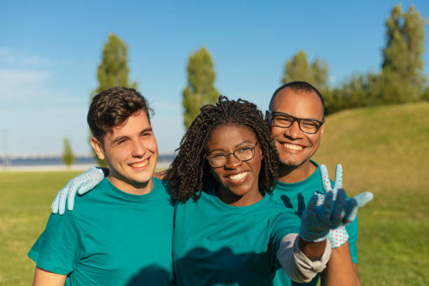 Glückliche Freiwillige freuen sich über etwas Draußenes – Foto