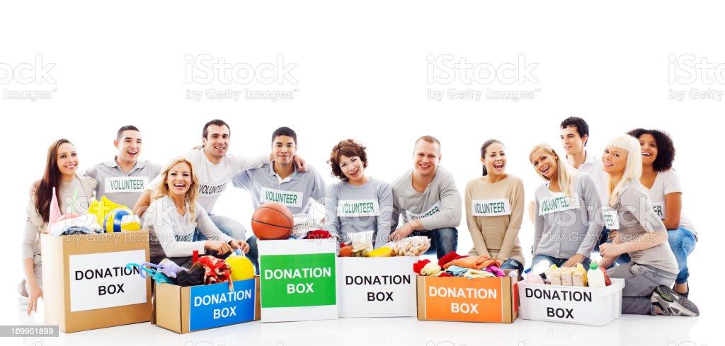 Glücklich Freiwilligen sitzt in der Nähe von full Spendenboxen. – Foto