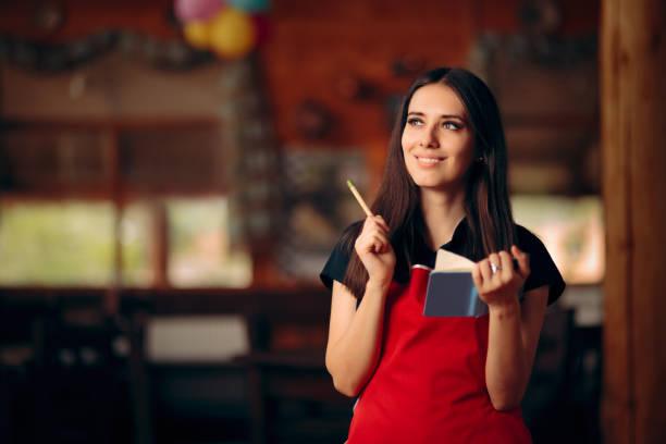 Glückliche Kellnerin nimmt Bestellungen in einem Restaurant entgegen – Foto