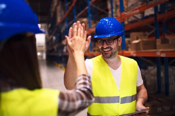 happy warehouse werknemers. - warehouse worker stockfoto's en -beelden
