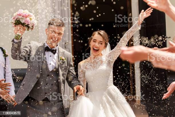 Gelukkige Bruiloft Fotografie Van Bruid En Bruidegom Op Huwelijksceremonie Bruiloft Traditie Bestrooit Met Rijst En Graan Stockfoto en meer beelden van Begrippen