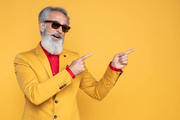 Glücklich gut gekleidet Herr mit Fotoshooting im Studio – Foto