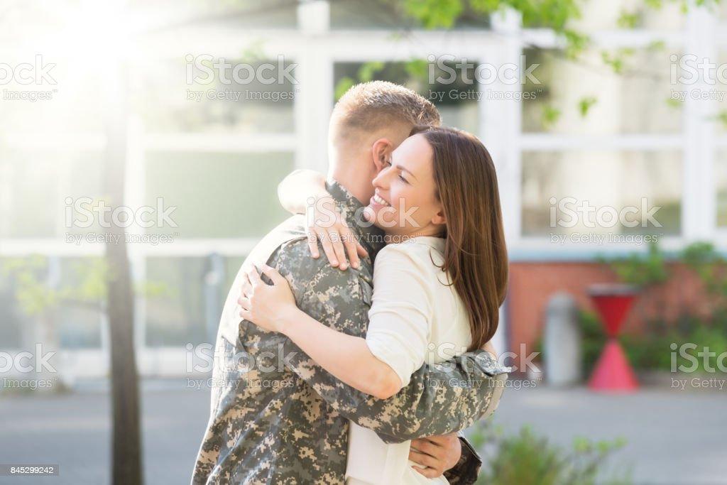 Esposa feliz abrazando a su marido - foto de stock