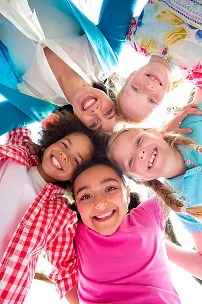 glücklich mit köpfen zusammen, blick nach unten lächeln - haarschnitt rundes gesicht stock-fotos und bilder