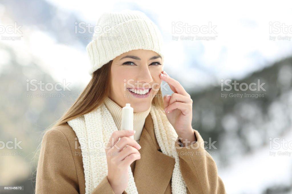 Glückliche Frau Anwendung befeuchten Sahne ins Gesicht – Foto