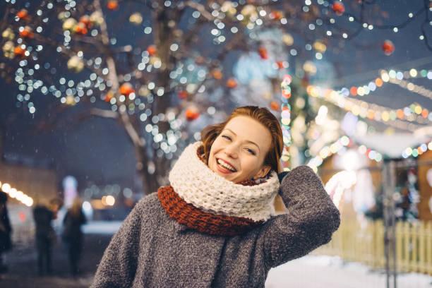 幸福的女人,在晚上的聖誕市場 - 僅年輕女人 個照片及圖片檔