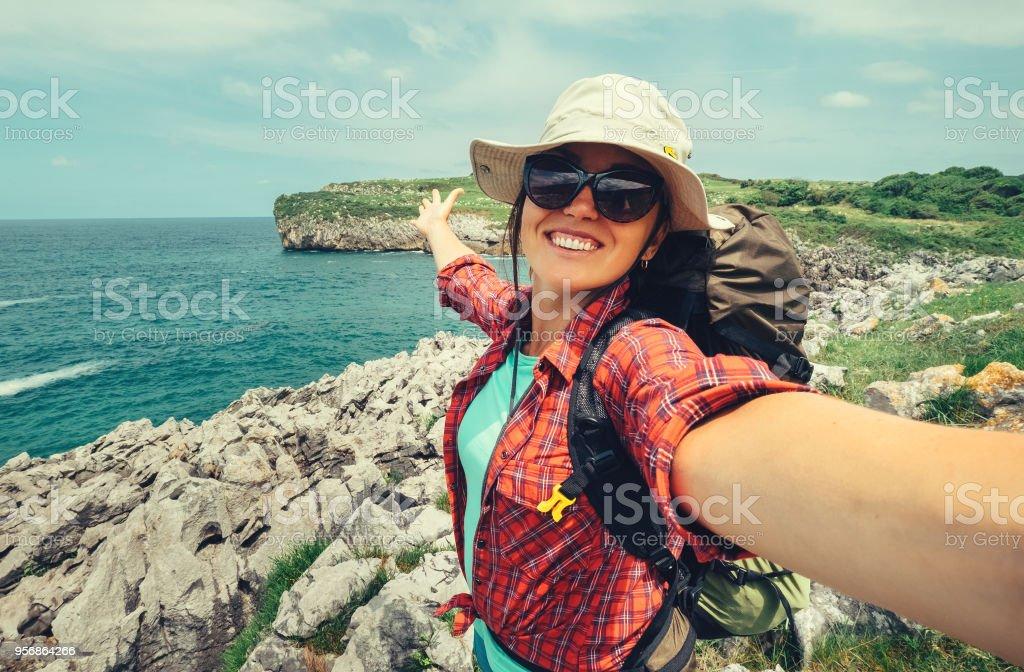 Glückliche Frau Backpacker Reisenden fotografieren Selfie auf erstaunliche Ozeanküste – Foto
