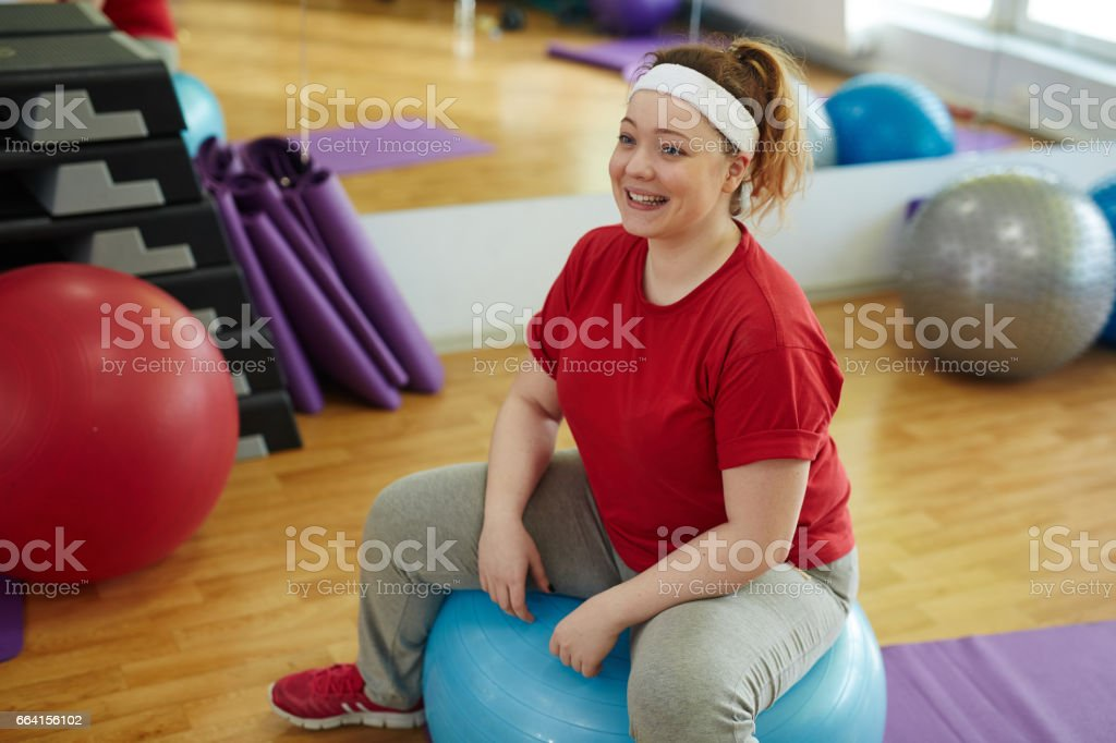 Happy Woman Beating Obesity in Fitness Studio foto stock royalty-free