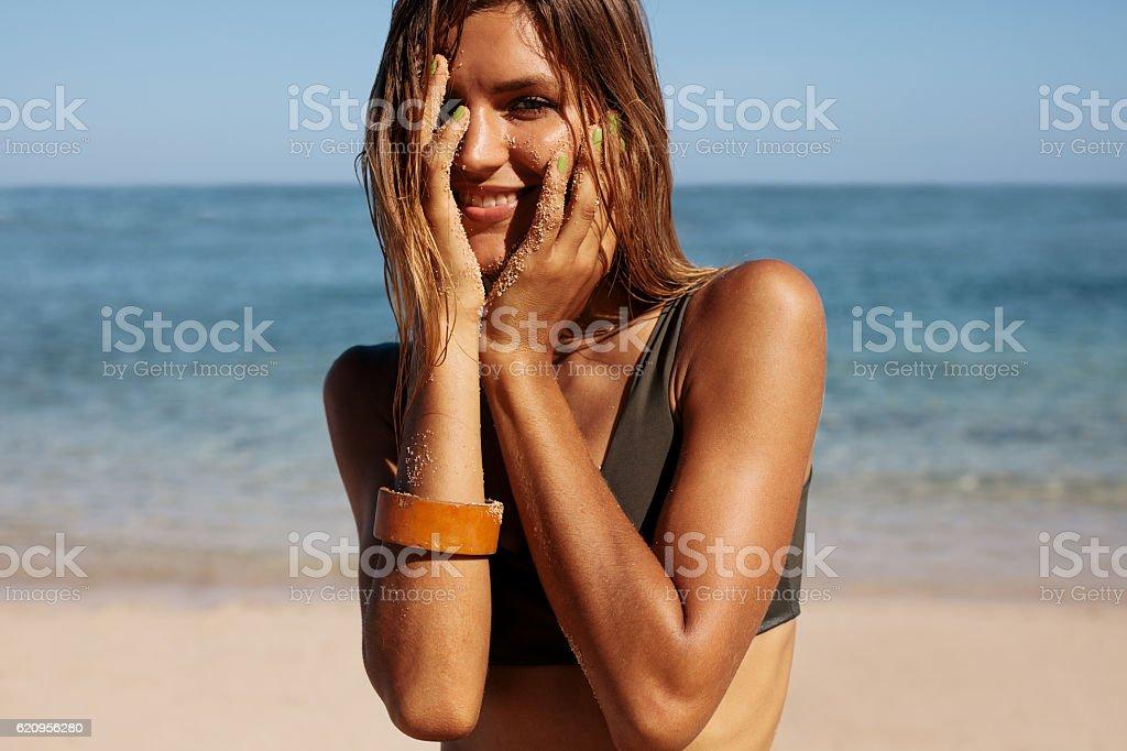 Happy woman bikini model on beach - foto de acervo