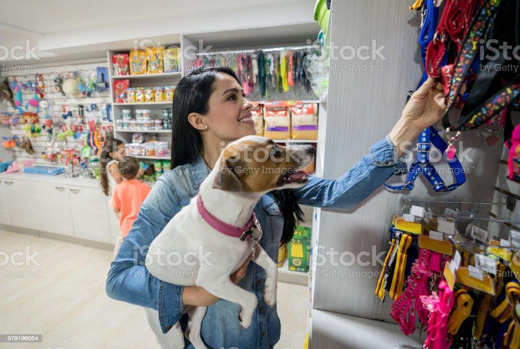 Glückliche Frau eine Leine in einer Tierhandlung kaufen - Lizenzfrei Adoption eines Haustiers Stock-Foto