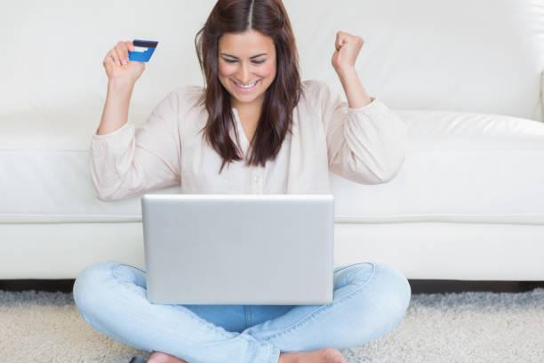 glückliche frau etwas online kaufen - möbel 24 online stock-fotos und bilder