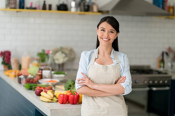 happy woman cooking at home - dona de casa - fotografias e filmes do acervo