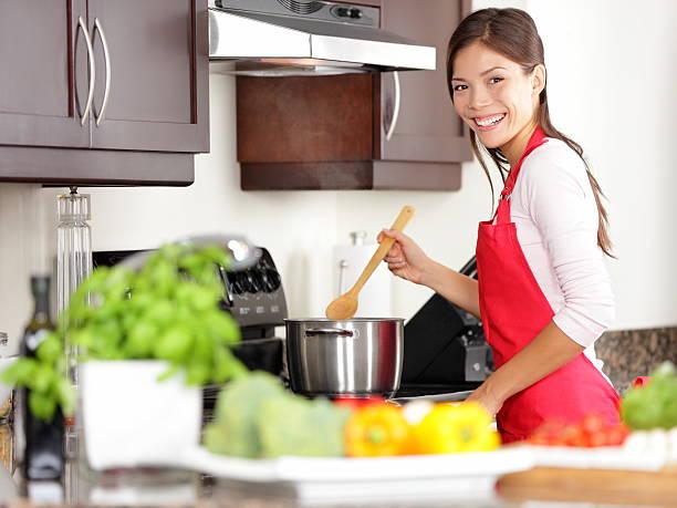 kochen frau in der küche - chefkoch auflauf stock-fotos und bilder