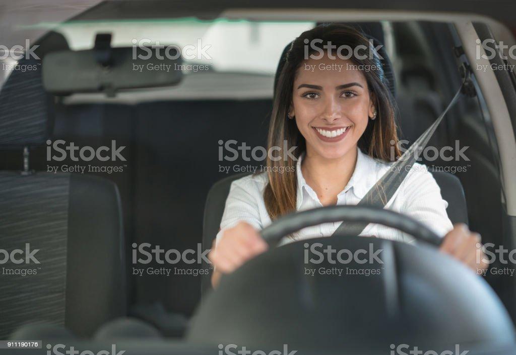Glückliche Frau Autofahren an den Händler oder in der garage – Foto
