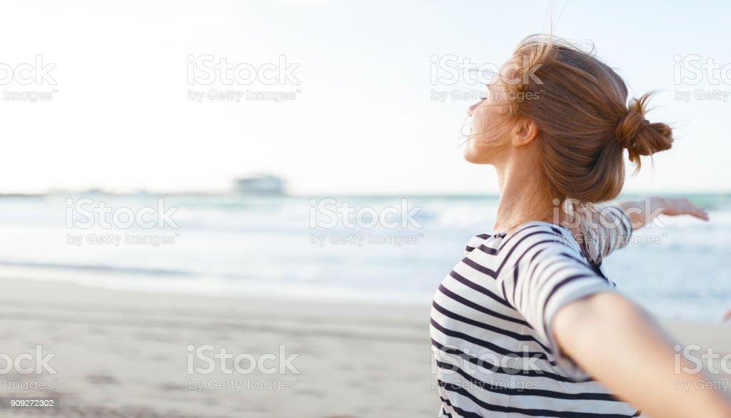 happy woman enjoying freedom with open hands on sea foto stock royalty-free