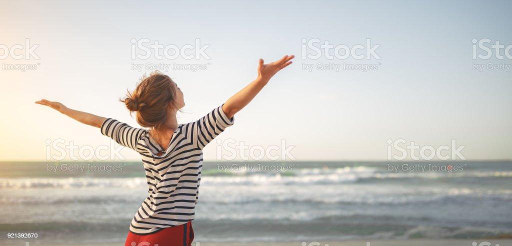 glückliche Frau genießen Freiheit mit öffnen Hände am Meer – Foto
