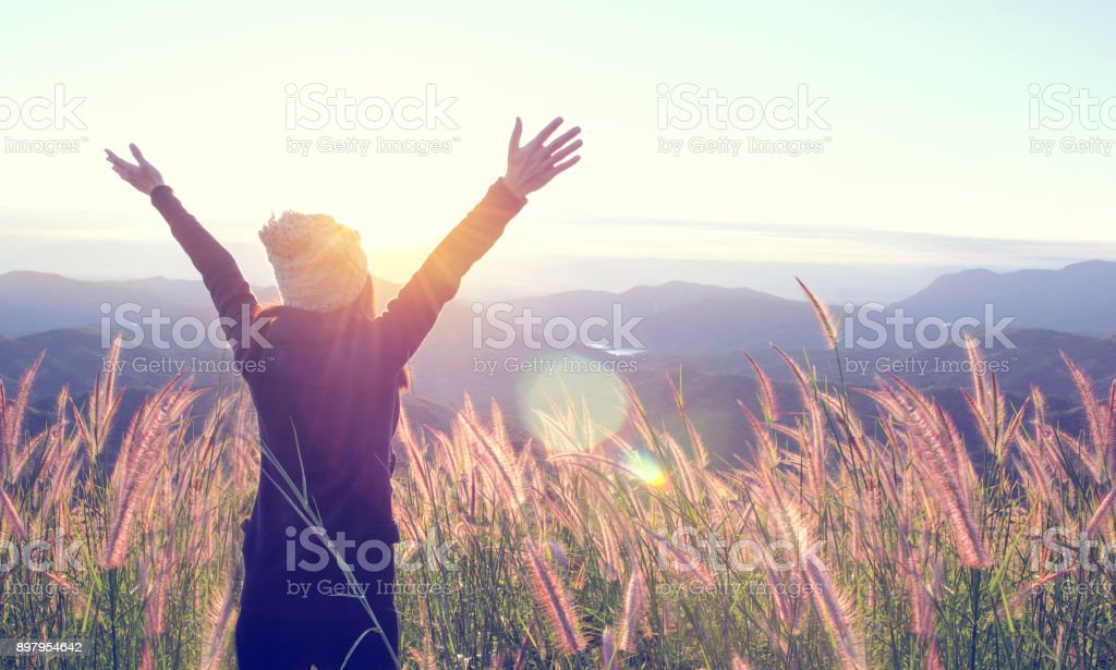 Happy Woman Enjoying Nature on meadow on top of mountain with sunrise. Outdoor. Freedom concept. - fotografia de stock