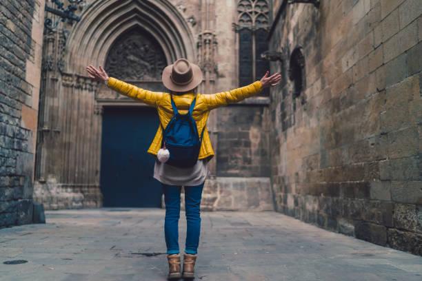 glückliche frau urlaub in barcelona genießen - damenrucksack stock-fotos und bilder