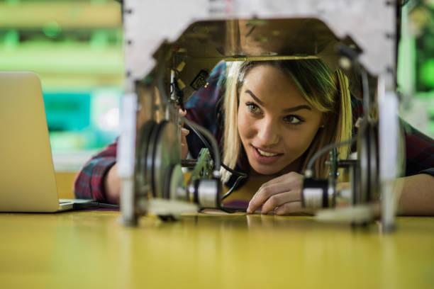 gelukkige vrouw een nieuwe robot in het laboratorium te onderzoeken. - robot engineer stockfoto's en -beelden