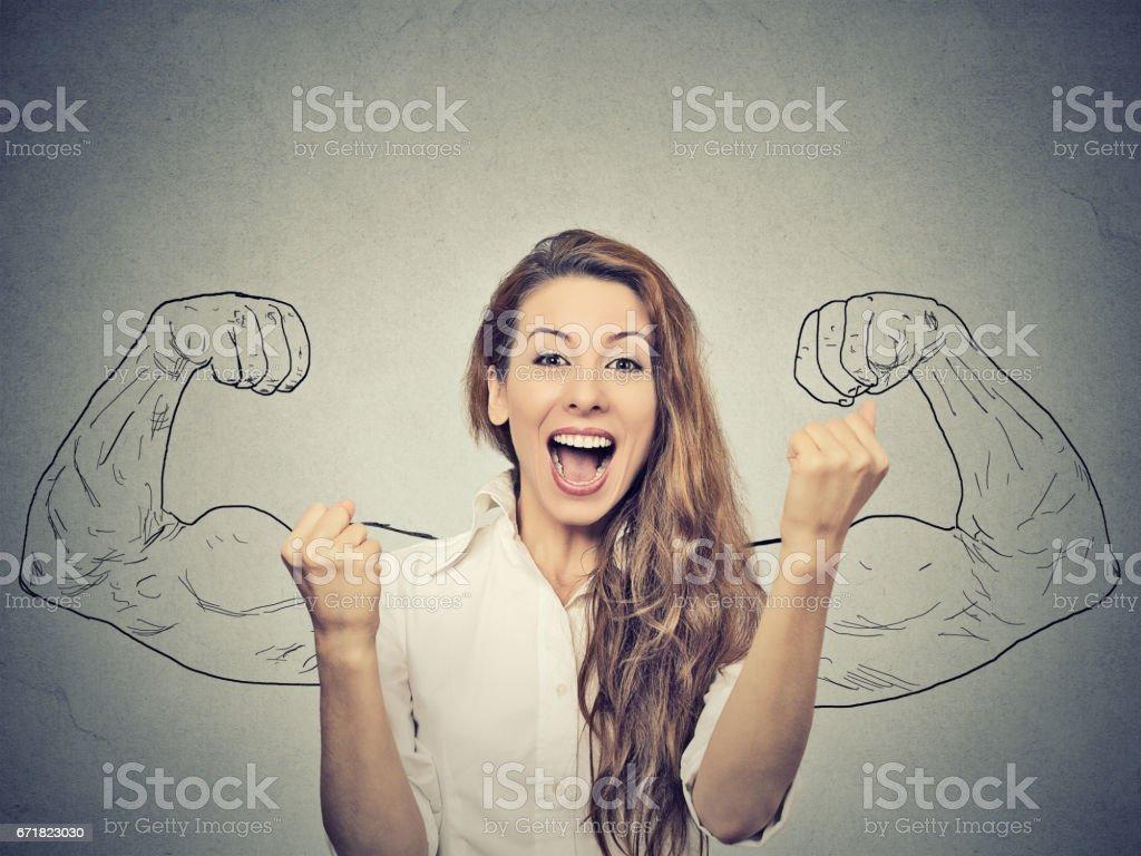mutlu kadın pompalama yumruk kendinden geçmiş exults gri duvar arka plan başarı kutluyor stok fotoğrafı