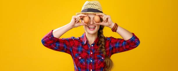 glückliche Frau Züchter halten Eier vor Gesicht wie Augen – Foto
