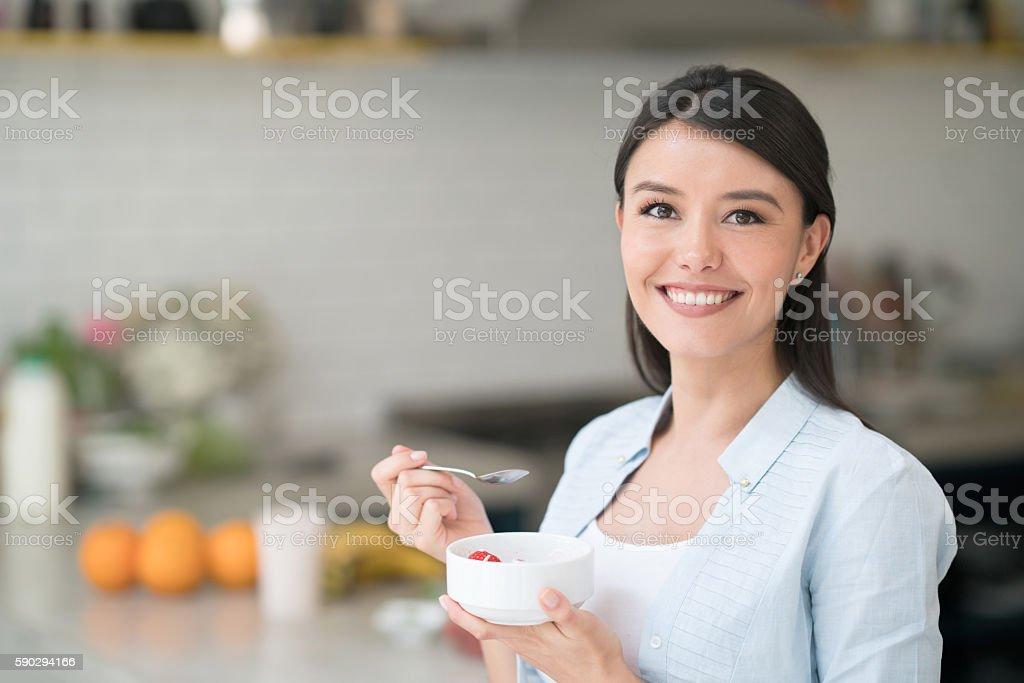 Happy woman having breakfast at home Стоковые фото Стоковая фотография