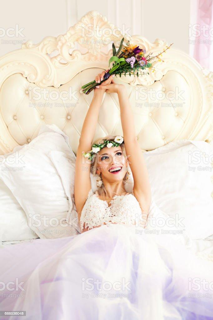 Gluckliche Frau Spass Mode Modell Braut Mit Bunten Blumen Blumenkranz