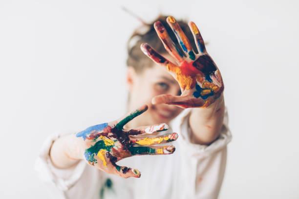 快樂的女人用手繪的雙手遮住臉 - 藝術行業 個照片及圖片檔