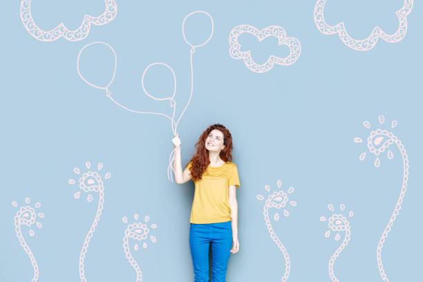 glückliche frau ballons halten und schauen glücklich - geburtstag vergessen stock-fotos und bilder