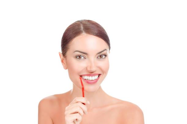 feliz mulher segurando a escova interdental para limpar os dentes - escova interdental - fotografias e filmes do acervo