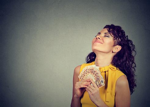 お金を幸せな女 - エンタメ総合のストックフォトや画像を多数ご用意