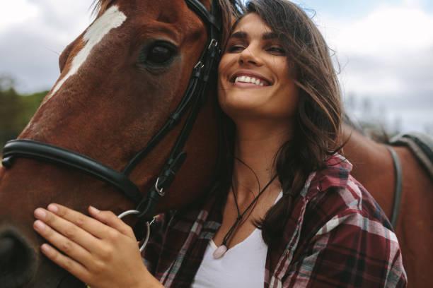 femme heureux étreignant son cheval - cheval photos et images de collection