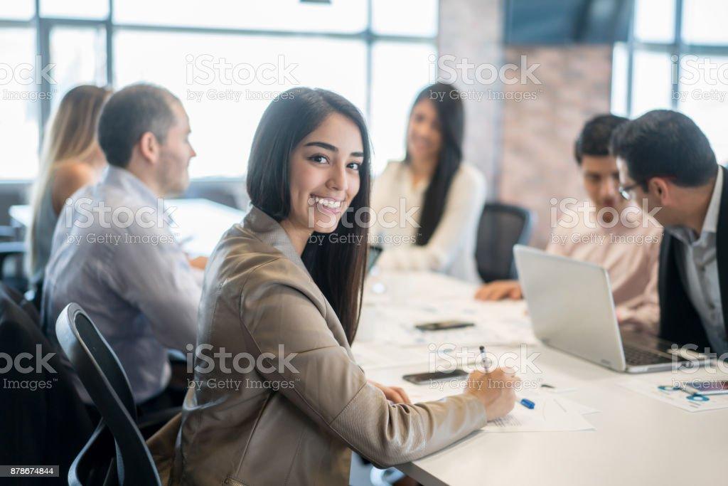 Femme heureuse dans une réunion d'affaires au bureau - Photo
