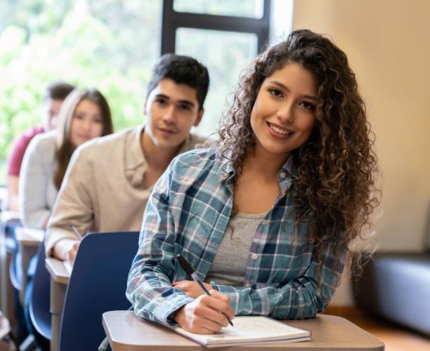 Glückliche Frau in einem Klassenzimmer mit einer Gruppe von Studenten – Foto