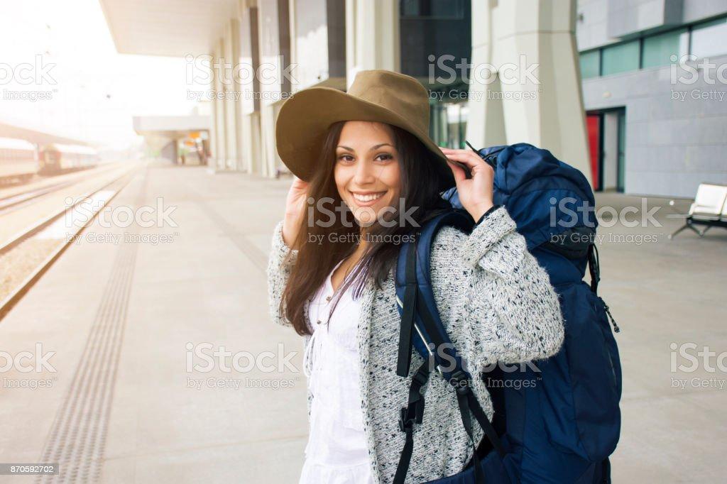Mulher feliz em uma estação de - foto de acervo