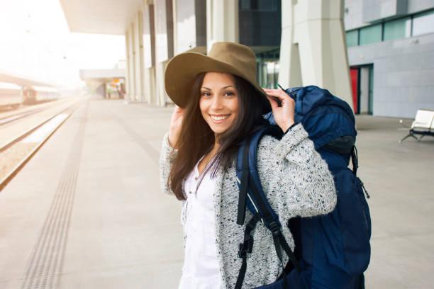 mulher feliz em uma estação de - vida de estudante - fotografias e filmes do acervo