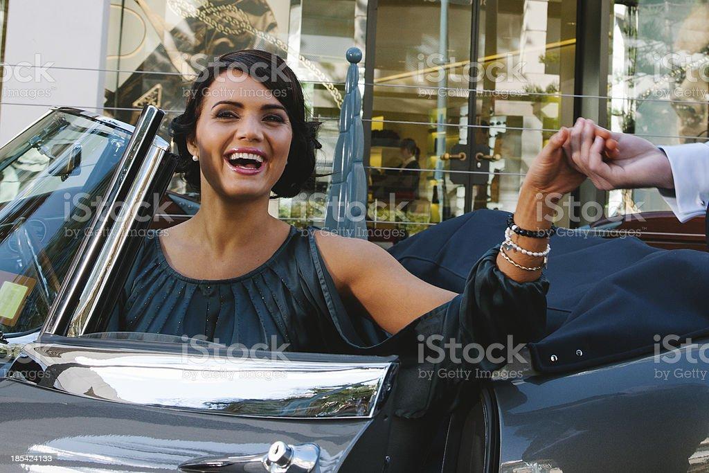 Mulher feliz no carro - foto de acervo