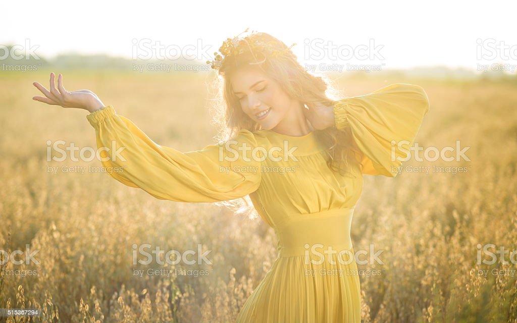 Счастливая женщина на поля с солнечных лучей стоковое фото