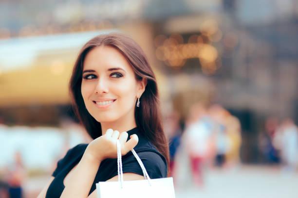 glückliche frau vor mall einkaufszentrum - diamanten kaufen stock-fotos und bilder