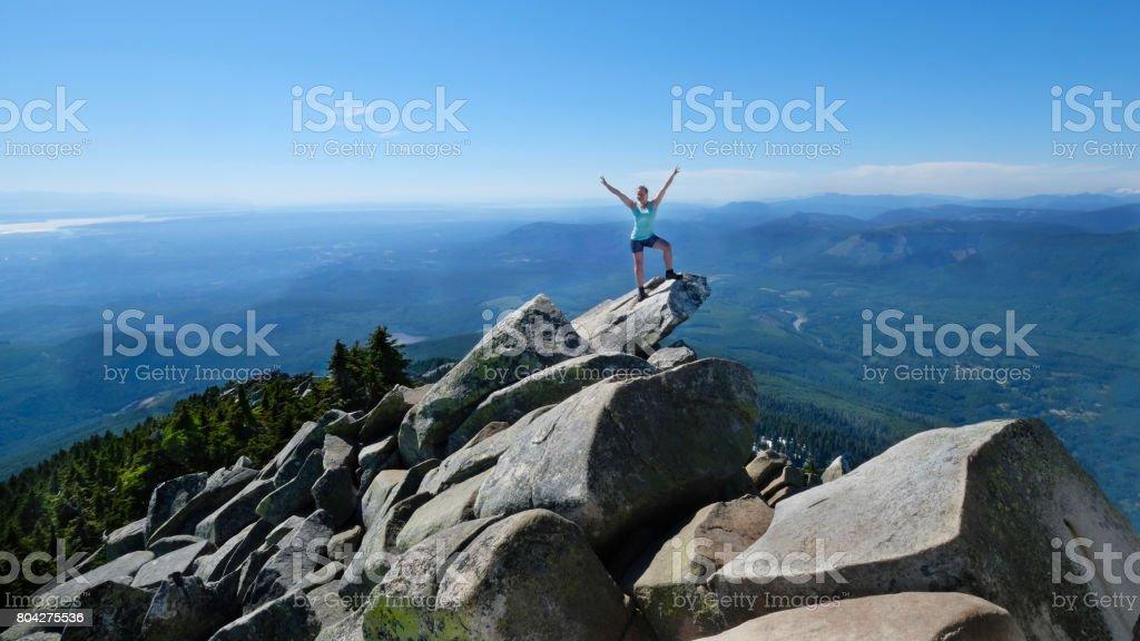 Glückliche Frau in erfolgreiche Pose auf Berggipfel mit malerischem Blick auf. Mount Pilchuck. Seattle. Washington. USA. – Version 2 – Foto