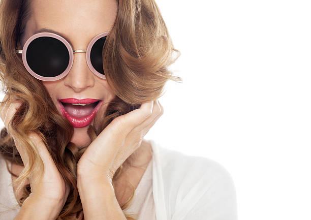 happy woman in sunglasses - haarschnitt rundes gesicht stock-fotos und bilder