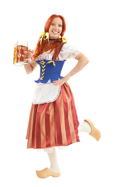 glückliche frau in traditioneller kleidung mit zwei gläser bier. - bier kostüm stock-fotos und bilder
